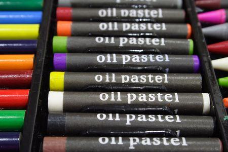 Colorful pastels � l'huile dans un plateau en plastique noir cas