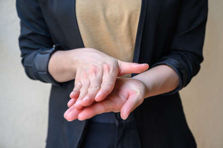 Cropped shot of woman showing hand washing techniques by rub palms together after using hand sanitizer gel. Washing your hands is one of the easiest ways to protect yourself and others from illnesses. 免版税图像