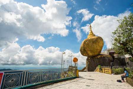 The golden rock pagoda ( Kyaikhtiyo in Burmese) one of the spectacular place in Myanmar. A pagoda it enshrining a hair of the Buddha is an important pilgrimage site for Burmese Buddhists. 新闻类图片