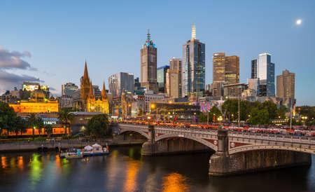 MELBOURNE, AUSTRALIA - FEBRUARY 18 2016: Melbourne cityscape during the White Night festival in the evening. 免版税图像