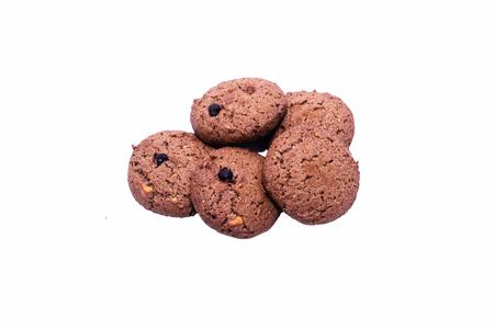 cereal bar: barrita de cereales de chocolate sobre un fondo blanco con trazado de recorte