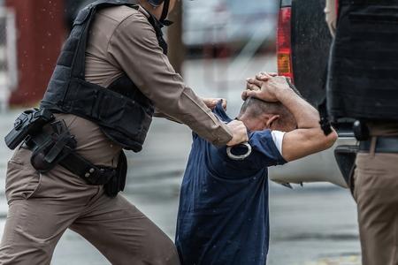 警察は逮捕、警察のスチール手錠、プロの警察官は非常に強く、警官逮捕、選択的な焦点、騒音でなければなりません。