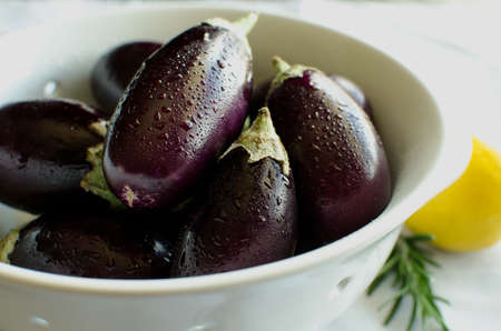 Colander with fresh purple Indian Eggplants  Imagens