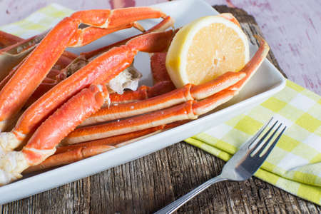 Steamed snow crab legs with lemon seafood Standard-Bild