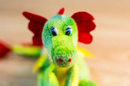 marioneta de madera: Dragón hecho punto aislado en fondo de madera.