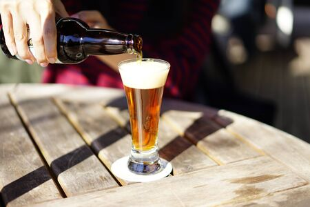 テラスでビールを注ぐ