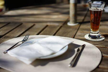 白い皿、ナイフ、フォーク