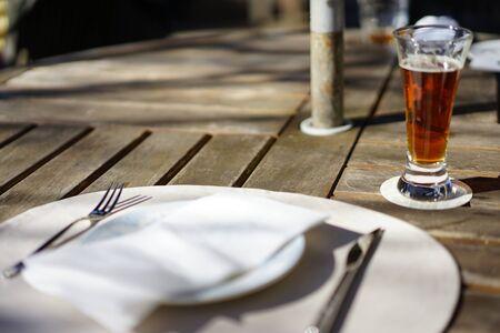 夕食の皿とビール