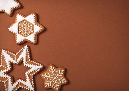 forme: Noël en pain d'épice étoiles sur fond de papier brun Vue de dessus Banque d'images