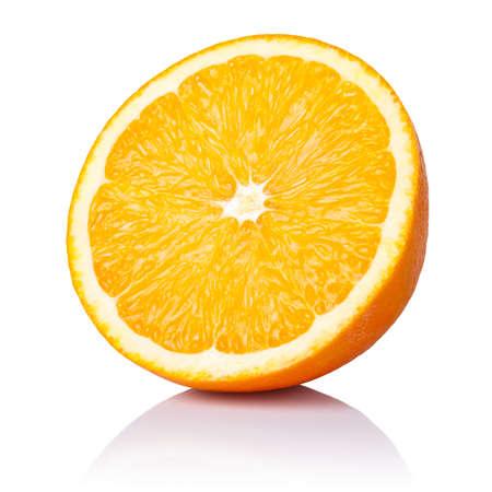 Metà della frutta arancione su sfondo bianco, fresco e succoso Archivio Fotografico - 17371728