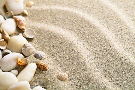 Sand mit Muscheln und Steinen. Strand Zusammensetzung mit Kopie Raum Standard-Bild - 19055702