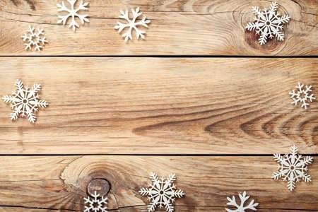 fondo legno: Sfondo Natale con i fiocchi di neve su tavola di legno. Copiare lo spazio. Vista dall'alto