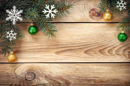 tree  pine: Fondo de Navidad con el �rbol de abeto, copos de nieve y bolas de Navidad en la mesa. Copiar el espacio. Vista superior