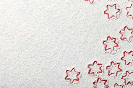 Stelle di Natale su sfondo farina con lo spazio della copia. Farina bianca assomiglia a neve. Vista dall'alto Archivio Fotografico - 34385091