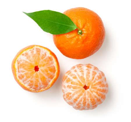 Gehele mandarine met blad en gepelde mandarijn die op witte achtergrond wordt geïsoleerd. Bovenaanzicht Stockfoto