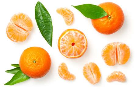Mandarinas, mandarina, clementina con hojas aisladas sobre fondo blanco. Vista superior Foto de archivo - 91373806