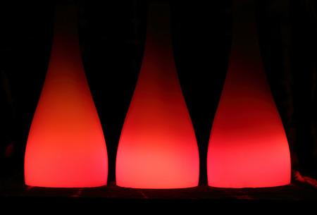 abatjour: Astratto con paralumi di vetro rosso, vicino, messa a fuoco selettiva