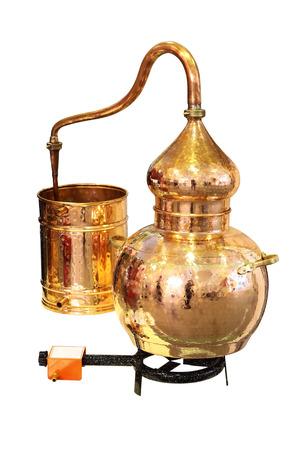 destilacion: Alambique de cobre - Aparato de destilaci�n empleado para la destilaci�n de alcohol, aceites esenciales y luz de la luna. Aislado en blanco.