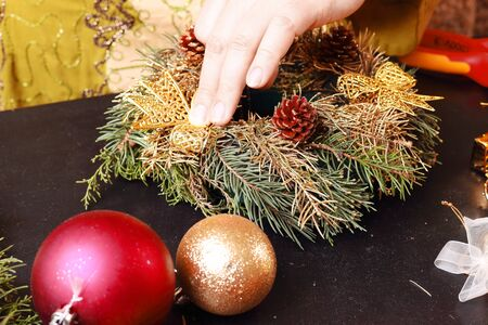 corona de adviento: Woman making christmas advent wreath, close up