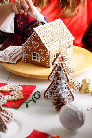 making: Making of christmas gingerbread house. Roof binding.