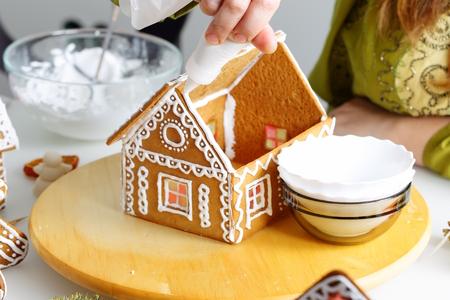 christmas house: Making of christmas gingerbread house. Roof binding.