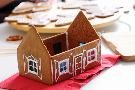 christmas house: Making of christmas gingerbread house. Walls binding.