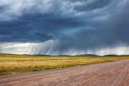 Pluie au dessus de la route au steppe du Kazakhstan