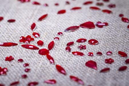 赤いスパンコール花の装飾