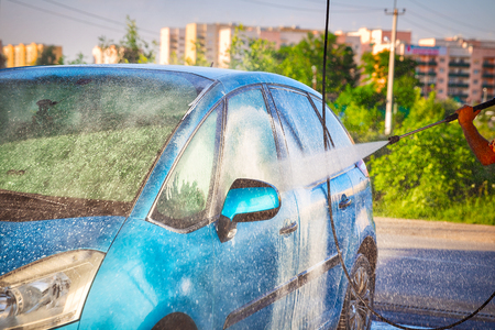 Manual car wash with pressurized water in self-service car wash