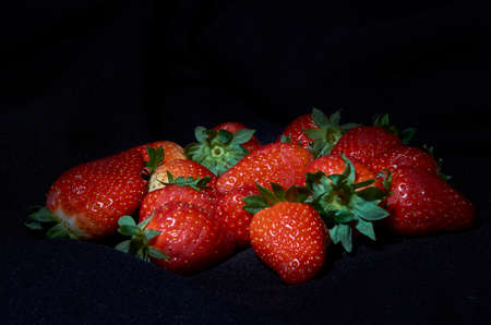 Strawberries on black background, long exposure natural light 免版税图像 - 121476441