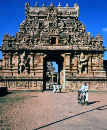 hinduist: hindu temple preuvudaiyaar kovil of thanjavur, entrance. The temple is located in southern India and is dedicated to lord Shiva in the form of Brihadeswara or Rajarajeswaram. The temple of hinduist religion is made in Dravidian architecture Stock Photo