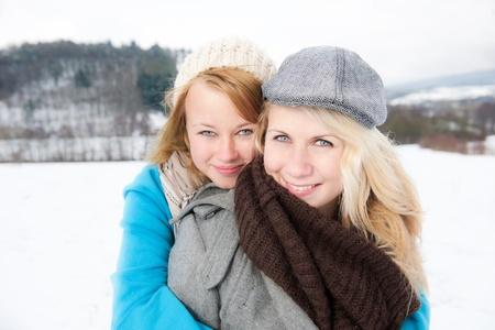 zwei Freundinnen im Schnee
