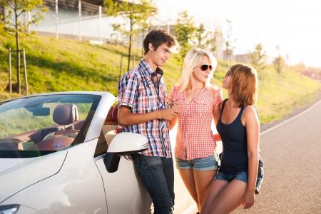 Drei junge Erwachsene stehen neben einem Cab Stock Photo - 17718320