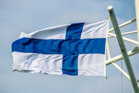 Die Flagge von Finnland. Schiffsmast