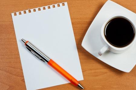 bookkeeping: Hoja de trabajo con la pluma y de caf� en la mesa.