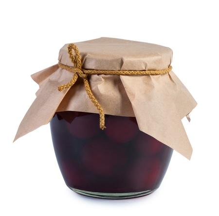 frutta sciroppata: Frutta in scatola in vaso di vetro rivestito con carta. Isolato su sfondo bianco.