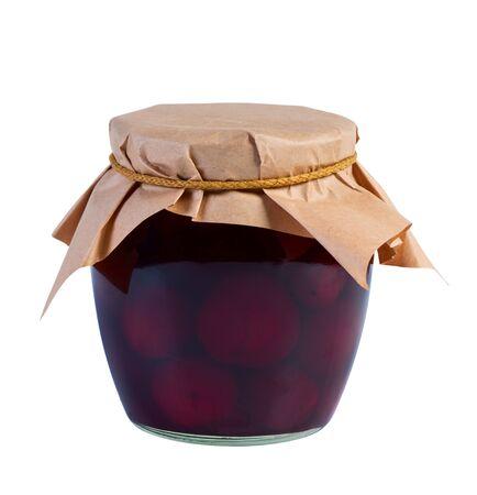 frutta sciroppata: Conserve di frutta in barattolo di vetro rivestito di carta su sfondo bianco.