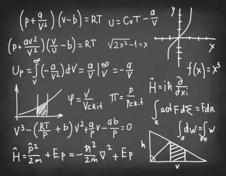 signos matematicos: Ecuaciones y f�rmulas escritas con tiza en la pizarra. Concepto de la educaci�n y la ciencia.