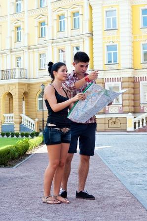 Mann und Frau mit Karte auf der Straße. Standard-Bild - 14447135