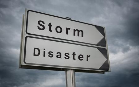Sturm Disaster Verkehrsschild. Konzept der drohenden Zerstörung als Folge des Hurrikans. Standard-Bild - 23182105