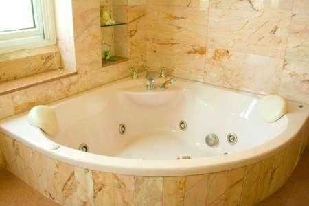 bagno moderno con una vasca idromassaggio per rilassarsi foto ... - Bagni Moderni Con Vasca Idromassaggio