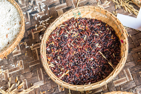straw plate with long-grain red rice