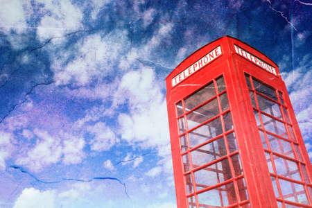 cabina telefonica: Cabina de teléfonos vendimia con el cielo azul