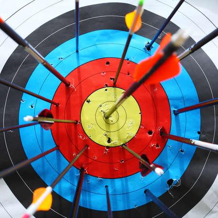 boogschutter: pijlen raken doel. Stockfoto