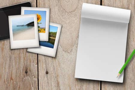 reisplan leeg boek, foto's en tablet op tafel