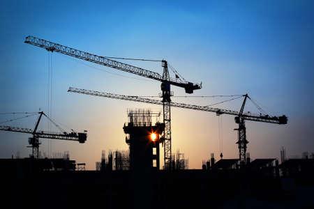 industrial landscape: Paesaggio industriale con sagome di gru