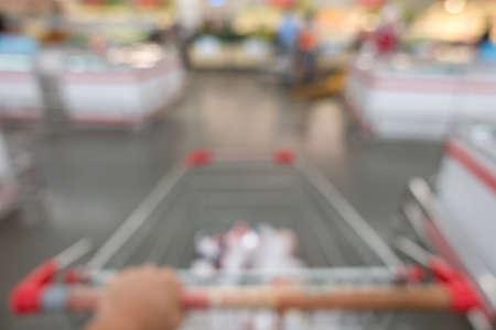 Defocused of shopping in supermarket. Banque d'images