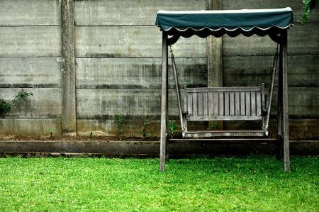 sedia vuota: Sedia vuota nel cortile di casa Archivio Fotografico