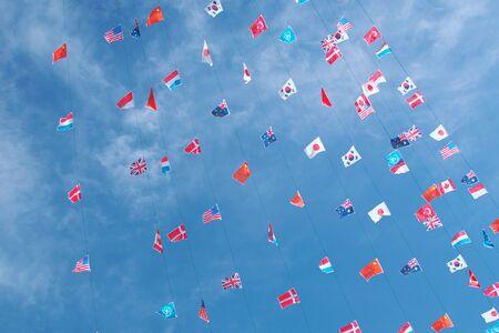 banderas del mundo: diversas banderas del mundo sobre fondo azul cielo Foto de archivo