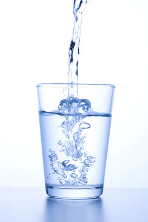 pour water into a glass Imagens